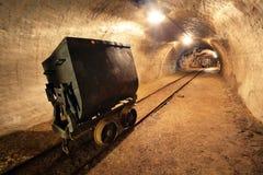 Train au fond dans le mien, chariots en or, argent   Image stock
