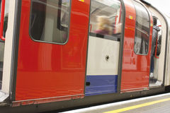 Train au fond de Londres Photos stock