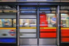Train au fond de Lonon arrivant à la station de Southwark Photos libres de droits