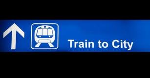 Train au signe de bleu de ville Photo libre de droits