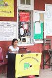 Train automatisé étiquetant à Yangon, Myanmar Photographie stock