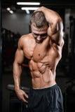 Train beau de modèle de forme physique dans le muscle de gain de gymnase Image libre de droits