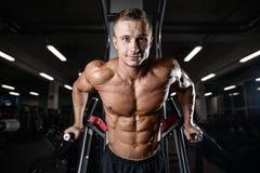 Train beau de modèle de forme physique dans le muscle de gain de gymnase photo stock
