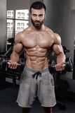 Train beau de modèle de forme physique dans le muscle de gain de gymnase images stock