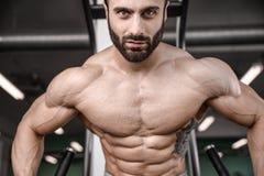 Train beau de modèle de forme physique dans le muscle de gain de gymnase photos stock