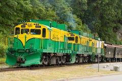 Train blanc de passage photographie stock
