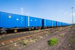 Train bleu de récipients d'expédition Photographie stock