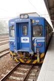 Train bleu sur le chemin de fer dans Taiwan Photographie stock libre de droits