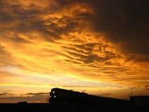 Train contre le coucher du soleil 1 Photos libres de droits