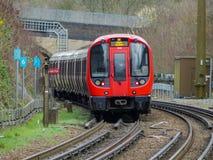 Train courant de S8 Métro de Londres s'écartant de la station de Chorleywood sur la ligne métropolitaine images stock