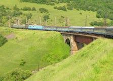 Train croisant un pont de chemin de fer Image stock