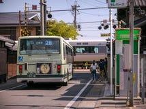 Train-croisement dans la ville confortable de la saga Arashiyama images stock