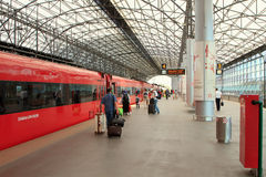 Train d'Aeroexpress dans l'aéroport de Sheremetyevo Images libres de droits