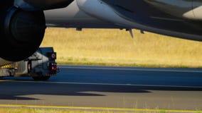 Train d'atterrissage à fuselage large d'avion banque de vidéos