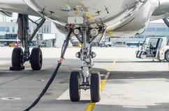 Train d'atterrissage avant du train d'atterrissage d'avions avec l'alimentation d'énergie dans le stationnement d'aéroport Image stock