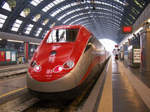 Train dans la gare de Milan image stock