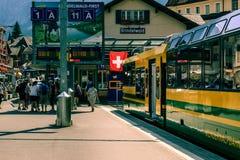 Train dans la gare ferroviaire de Grindelwald, Suisse Images libres de droits