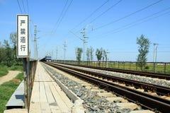 Train dans le chemin de fer Photos stock