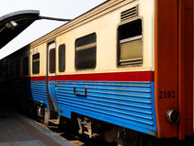 Train dans le railstation image stock