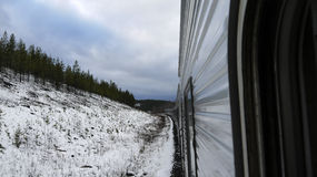 Train dans les mountins neigeux Photo libre de droits