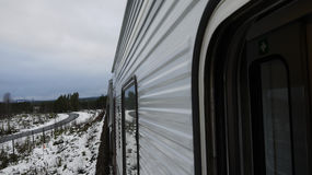Train dans les mountins neigeux Photo stock