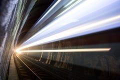 Train dans un tunnel la nuit Photo stock
