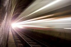 Train dans un tunnel la nuit Photos stock