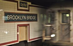 Train de arrivée de signe de souterrain de New York City de pont de Brooklyn sur le voyage de MTA de plate-forme photo libre de droits