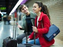 Train de attente de couples Photo libre de droits
