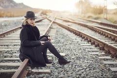 Train de attente de fille Photo stock