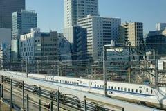 Train de balle de Shinkansen fonctionnant sur la voie à la station de Tokyo, Japon Photos libres de droits