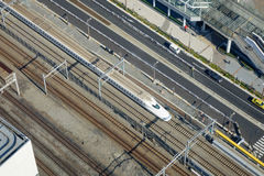 Train de balle de Shinkansen fonctionnant sur la voie à la station de Tokyo, Japon Image stock