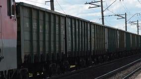 Train de cargaison dans la campagne banque de vidéos