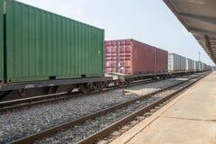 Train de cargaison dans la station Photographie stock