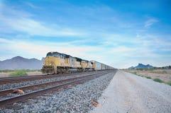 Train de cargaison se déplaçant à travers les Etats-Unis Photographie stock libre de droits