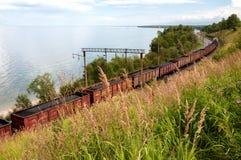 Train de cargaison sur le chemin de fer de transport Baikal images stock