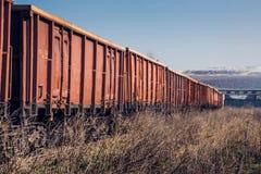 Train de cargaison sur le chemin de fer inutilisé Photos stock