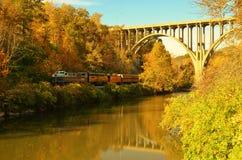 Train de chemin de fer scénique de vallée de Cuyahoga sous le passage supérieur de pont Photos libres de droits