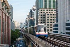 Train de ciel de BTS dans la ville Voyage à Bangkok images stock