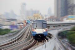 Train de ciel dans la ville image stock