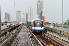 Train de ciel de BTS, un système élevé de transport en commun dans Bangk Photographie stock