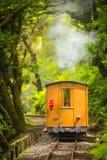 Train de départ de vapeur images stock