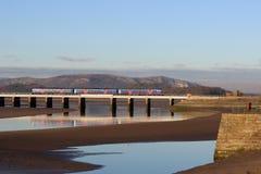 Train de Dmu avec la réflexion sur le viaduc d'Arnside Image stock