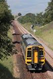Train de Dmu sur le banc à dossier à la ligne ferroviaire de Carlisle Photographie stock libre de droits
