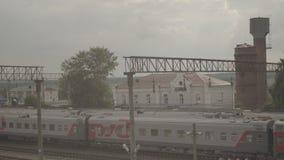 Train de fond sur la petite station Uzunovo Société de RZD banque de vidéos