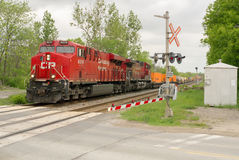 Train de fret au croisement de route images stock