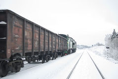 Train de fret avec du charbon (ou le gravier). Image stock