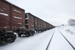 Train de fret avec du charbon (ou le gravier). Images libres de droits