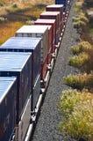 Train de fret dans les montagnes de désert. Photographie stock