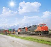 Train de fret en montagnes rocheuses canadiennes images stock